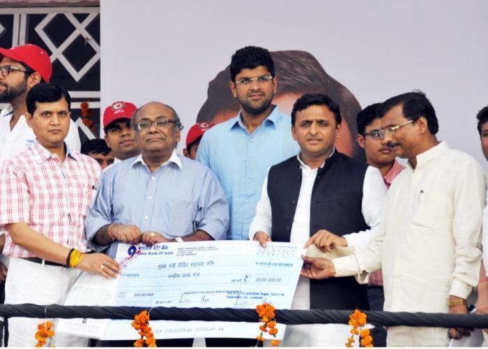 मुख्यमंत्री श्री अखिलेश यादव को मुख्यमंत्री राहत कोष हेतु उ0प्र0 सहकारी चीनी मिल संघ की ओर से आपदा पीडि़त किसानों के सहायतार्थ 25 लाख रु0 का चेक भेंट किया गया।