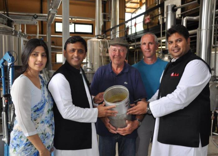 उत्तर प्रदेश के मुख्यमंत्री श्री अखिलेश यादव 25 मई, 2015 को फ्रांस के सुगन्ध केन्द्र ग्रासे में इत्र कारखाने में।