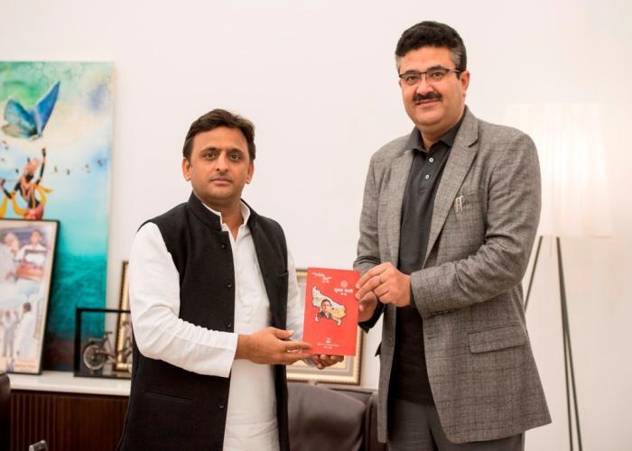 उत्तर प्रदेश के मुख्यमंत्री श्री अखिलेश यादव 3 जनवरी, 2016 को अपने सरकारी आवास पर सूचना डायरी 2016 का विमोचन करते हुए।