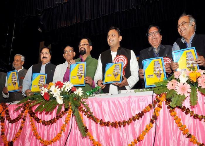 दिनांक 17 नवम्बर, 2014 को लखनऊ में उत्तर प्रदेश के मुख्यमंत्री श्री अखिलेश यादव IFWJ की राष्ट्रीय परिषद के 68वें अधिवेशन के दौरान श्रमजीवी कलमकार पत्रिका का विमोचन करते हुए।