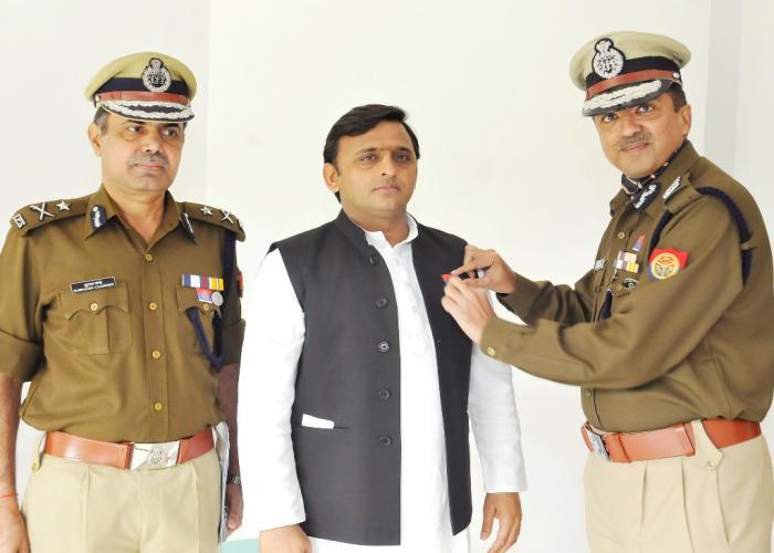 पुलिस झण्डा दिवस के अवसर पर 23 नवम्बर, 2014 को मुख्यमंत्री श्री अखिलेश यादव को फ्लैग लगाते पुलिस के अधिकारीगण।