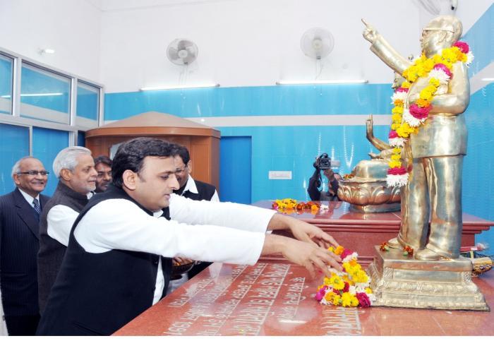 6 दिसम्बर, 2014 को उत्तर प्रदेश के मुख्यमंत्री श्री अखिलेश यादव बाबा साहेब डाॅ0 भीमराव अम्बेडकर के परिनिर्वाण दिवस पर उनकी प्रतिमा पर पुष्प अर्पित करते हुए।