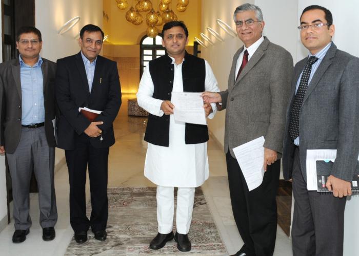 मुख्यमंत्री श्री अखिलेश यादव से 24 जनवरी, 2015 को अध्यक्ष राजस्व परिषद के नेतृत्व में आई0ए0एस0 एसोसिएशन के प्रतिनिधिमण्डल ने भेंट की।