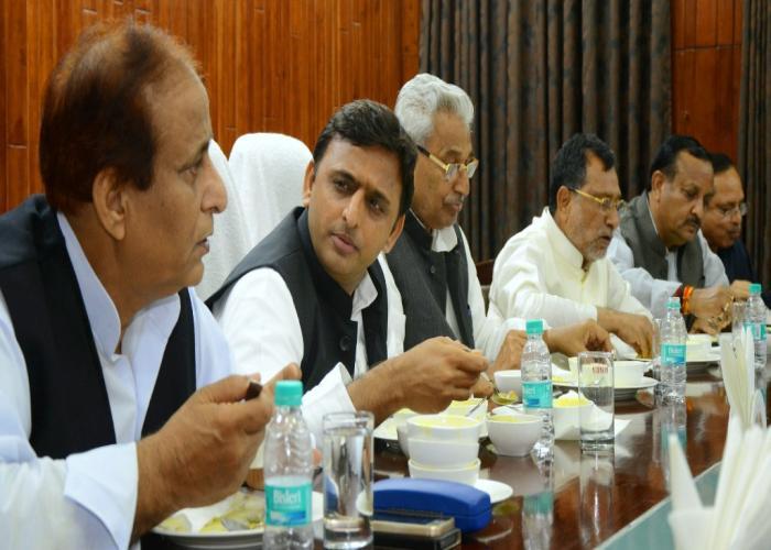 मुख्यमंत्री श्री अखिलेश यादव एवं अन्य को अक्षयपात्र फाउण्डेशन द्वारा 19 मार्च, 2015 को विधान सभा में स्वच्छ, स्वस्थ व पौष्टिक भोजन उपलब्ध कराया गया।