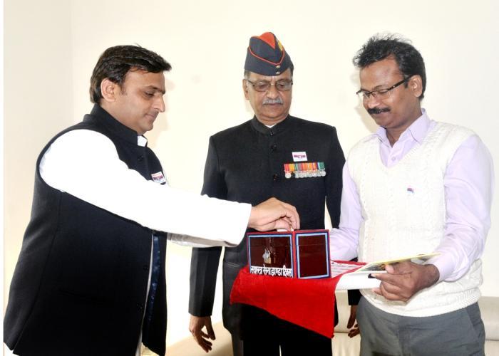 मुख्यमंत्री श्री अखिलेश यादव 7 दिसम्बर, 2015 को अपने सरकारी आवास पर सशस्त्र सेना झण्डा दिवस निधि हेतु दान करते हुए।