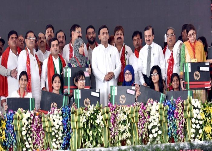 मुख्यमंत्री श्री अखिलेश यादव 23 मई, 2016 को जनपद बदायूं में लैपटॉप प्राप्त छात्राओं के साथ।