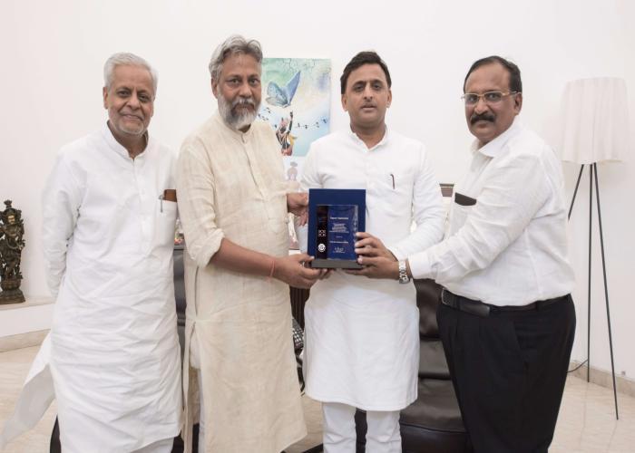 उत्तर प्रदेश के मुख्यमंत्री श्री अखिलेश यादव को 4 जून, 2016 को प्रमुख सचिव, सिंचाई ने 'प्लेक ऑफ एप्रीसिएशन 'ट्रॉफी सौंपी।
