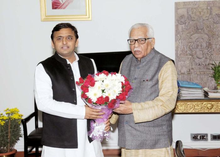 उत्तर प्रदेश के राज्यपाल श्री राम नाईक से मुख्यमंत्री श्री अखिलेश यादव 9 दिसम्बर, 2014 को राजभवन में भेंट करते हुए।