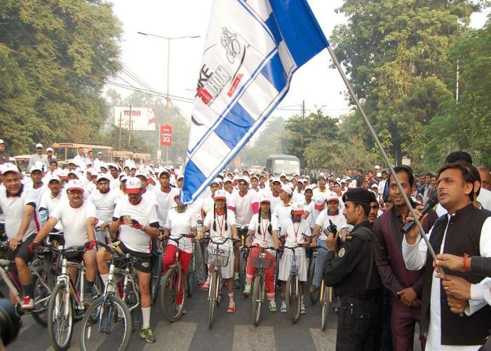 मुख्यमंत्री श्री अखिलेश यादव 15 नवम्बर, 2015 को लखनऊ के के0डी0 सिंह बाबू स्टेडियम में 'आई नेक्स्ट बाइकेथन2015' साइकिल रैली को झण्डी दिखाकर रवाना करते हुए।