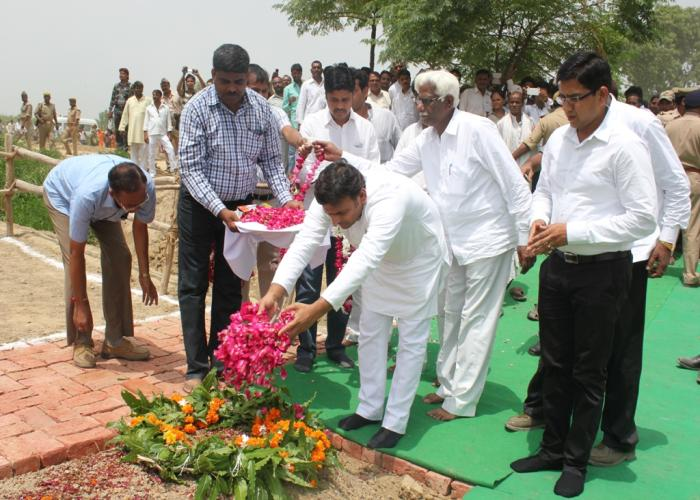 Akhilesh Yadav visits slaughtered CRPF trooper Harvansh Singh Kushwaha's family