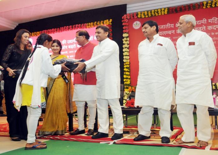 उत्तर प्रदेश के मुख्यमंत्री श्री अखिलेश यादव 30 सितम्बर, 2015 को अपने सरकारी आवास पर थारू दल की एक बालिका को किट एवं जैकेट प्रदान करते हुए।