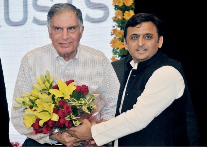 मुख्यमंत्री श्री अखिलेश यादव 21 दिसम्बर, 2015 को लखनऊ स्थित अपने सरकारी आवास पर टाटा ट्रस्ट्स के चेयरमैन श्री रतन टाटा का स्वागत करते हुए।