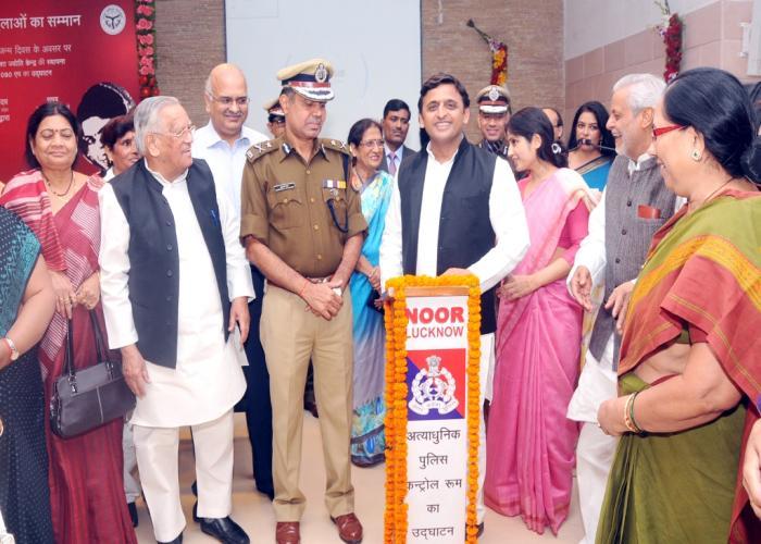 19 नवम्बर, 2014 को उत्तर प्रदेश के मुख्यमंत्री श्री अखिलेश यादव अपने सरकारी आवास पर लखनऊ के अत्याधुनिक पुलिस कन्ट्रोल रूम का शुभारम्भ करते हुए।