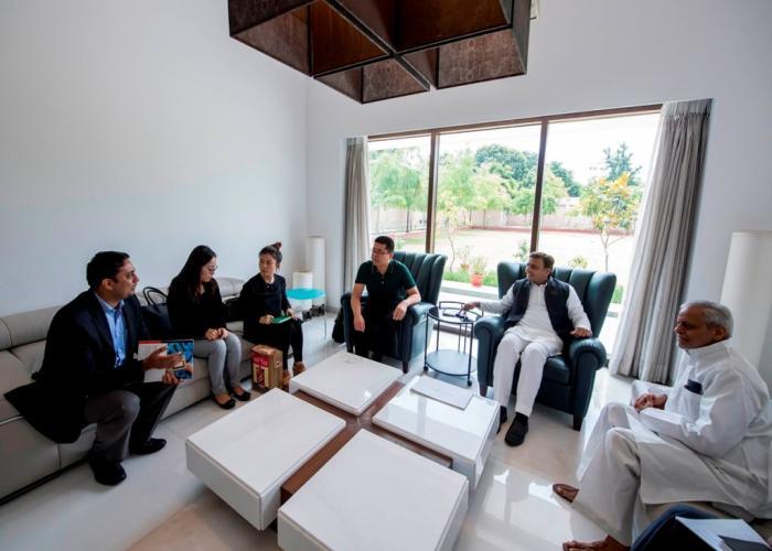 मुख्यमंत्री श्री अखिलेश यादव 31 अगस्त, 2016 को अपने सरकारी आवास पर ओप्पो मोबाइल के ग्लोबल वाइस प्रेसिडेण्ट श्री एरिक व प्रतिनिधिमण्डल के अन्य सदस्यों के साथ।