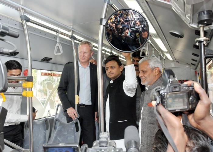 उत्तर प्रदेश के मुख्यमंत्री श्री अखिलेश यादव 16 फरवरी, 2015 को लखनऊ में जैविक ईंधन से चलने वाली ग्रीन बस का निरीक्षण करते हुए।