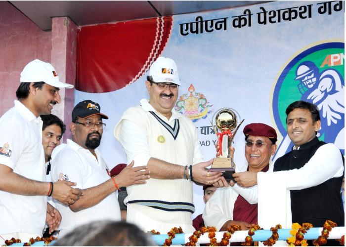 उत्तर प्रदेश के मुख्यमंत्री श्री अखिलेश यादव विजयी टीम रेस्ट आॅफ लखनऊ के कप्तान श्री नवनीत सहगल को ट्राॅफी प्रदान करते हुए।