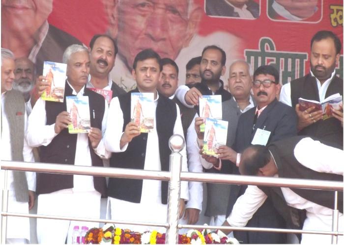 1 दिसम्बर, 2014 को उत्तर प्रदेश के मुख्यमंत्री श्री अखिलेश यादव जनपद गाजीपुर में स्व0 रामकरन यादव 'दादा' पर आधारित पुस्तक 'पूर्वांचल के गांधी दादा' का विमोचन करते हुए।
