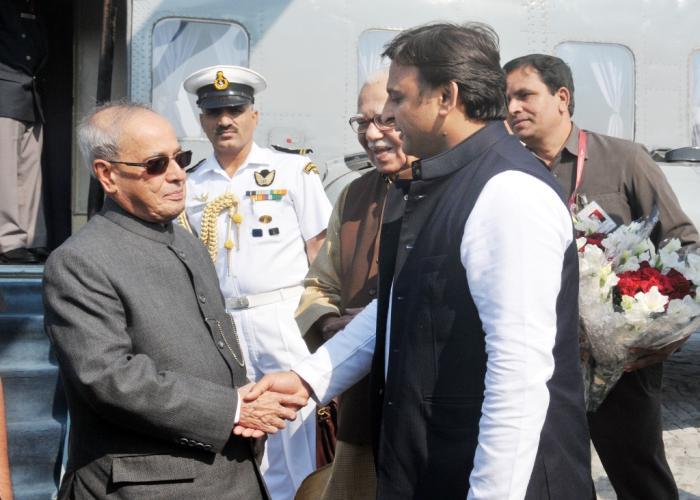 उत्तर प्रदेश के मुख्यमंत्री श्री अखिलेश यादव 18 नवम्बर, 2015 को मथुरा में राष्ट्रपति श्री प्रणब मुखर्जी का स्वागत करते हुए।
