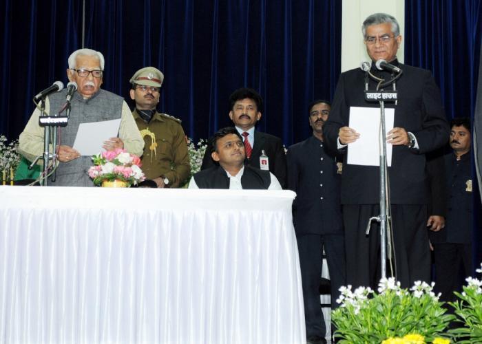 राज्यपाल 17 फरवरी 2015 को राजभवन में श्री जावेद उस्मानी को मुख्य सूचना आयुक्त की शपथ दिलाते हुए। साथ में हैं, मुख्यमंत्री श्री अखिलेश यादव।