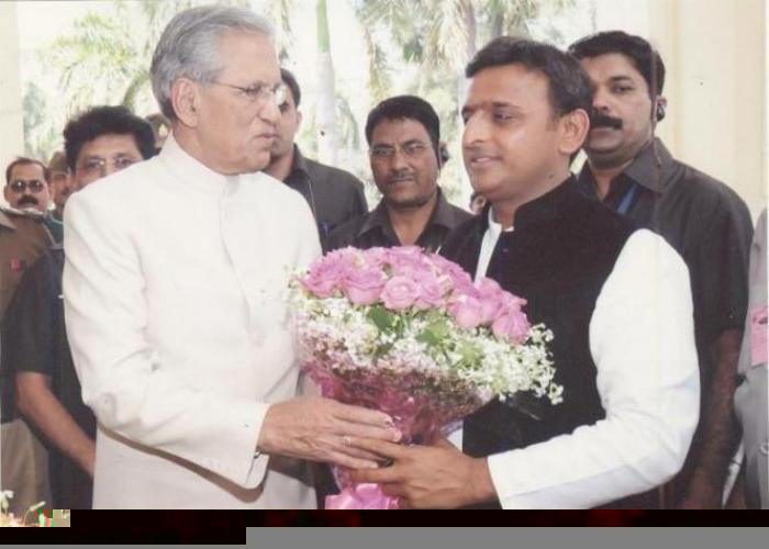 राज्यपाल श्री बी0एल0 जोशी 15 मार्च, 2012 को मुख्यमंत्री श्री अखिलेश यादव को शपथ ग्रहण के बाद फूलों का गुलदस्ता देकर स्वागत करते हुए।