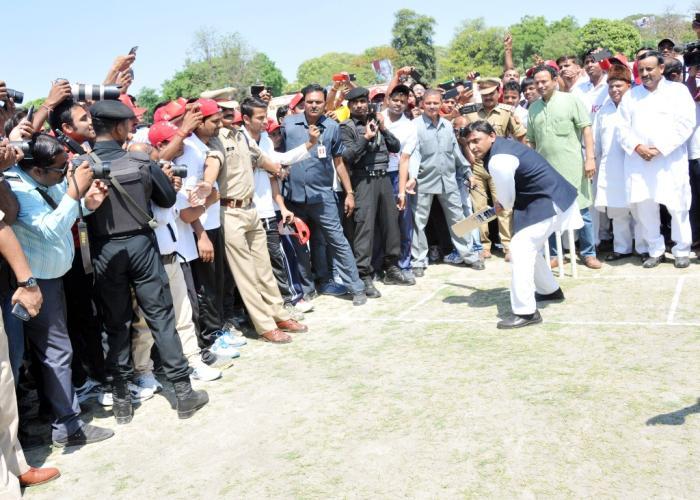 मुख्यमंत्री श्री अखिलेश यादव 6 अप्रैल, 2015 को के0डी0 सिंह बाबू स्टेडियम में आई0जी0सी0एल0 टूर्नामेण्ट के उद्घाटन अवसर पर क्रिकेट खेलते हुए।