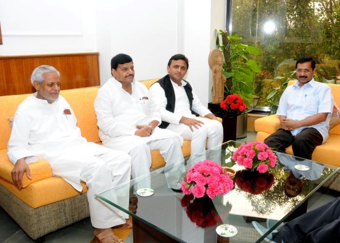 उत्तर प्रदेश के मुख्यमंत्री श्री अखिलेष यादव और दिल्ली के मुख्यमंत्री श्री अरविन्द केजरीवाल की 04 मई, 2015 को नई दिल्ली में हुई भेंट के दौरान।