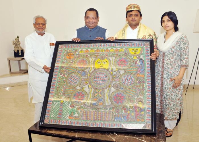 मुख्यमंत्री श्री अखिलेश यादव से 17 मई, 2015 को लखनऊ में बिहार विधान सभा की याचिका समिति के सदस्य श्री विनोद कुमार सिंह ने मुलाकात कर कलाकृति भेंट की।