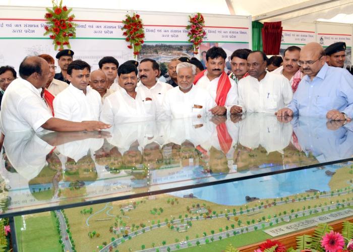 उत्तर प्रदेश के मुख्यमंत्री श्री अखिलेश यादव 19 मई, 2015 को जनपद झांसी में एरच बहुउद्देशीय बांध परियोजना का माॅडल देखते हुए।