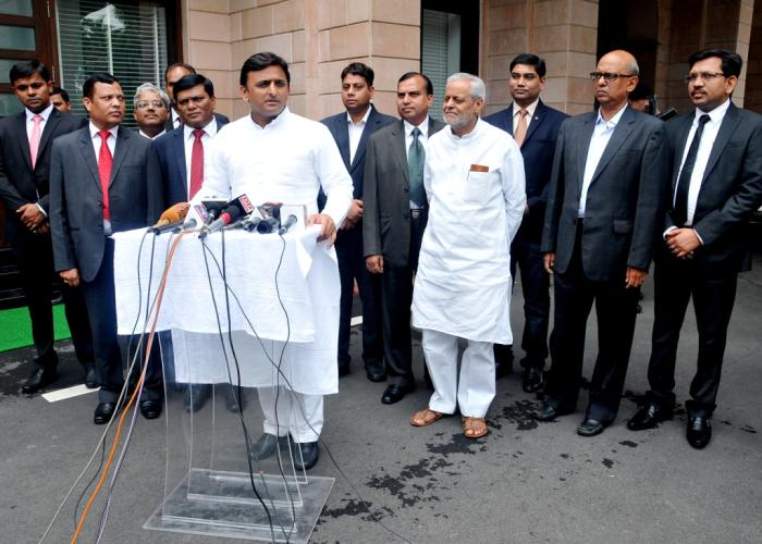 उत्तर प्रदेश के मुख्यमंत्री श्री अखिलेश यादव 6 जुलाई, 2015 को दलित इण्डियन चैम्बर्स आॅफ काॅमर्स एण्ड इण्डस्ट्रीज़ के प्रतिनिधिमण्डल से मिलने के बाद मीडिया से वार्ता करते हुए।