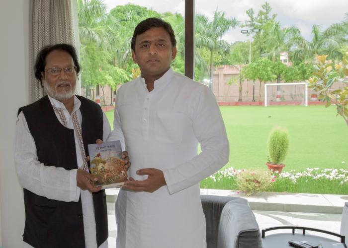 उत्तर प्रदेश के मुख्यमंत्री श्री अखिलेश यादव से 12 जुलाई, 2015 को उनके सरकारी आवास पर श्री अनवर जलालपुरी ने मुलाकात कर अपनी पुस्तक 'उर्दू शायरी में गीता' भेंट की।
