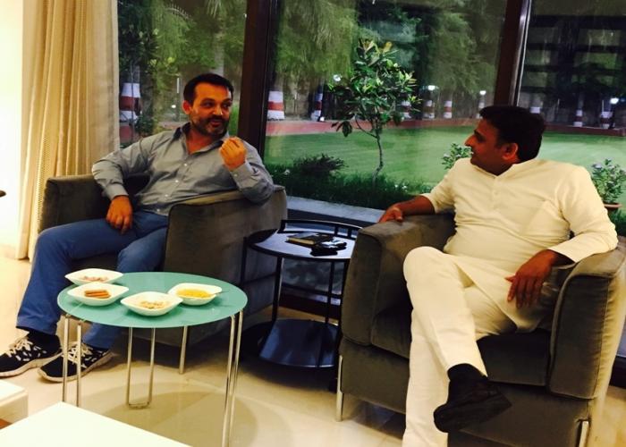 मुख्यमंत्री श्री अखिलेश यादव से पेरिस निवासी उद्यमी श्री मैक्सीमिलियानो मोदेस्ती ने उनके सरकारी आवास पर मुलाकात करते हुए।