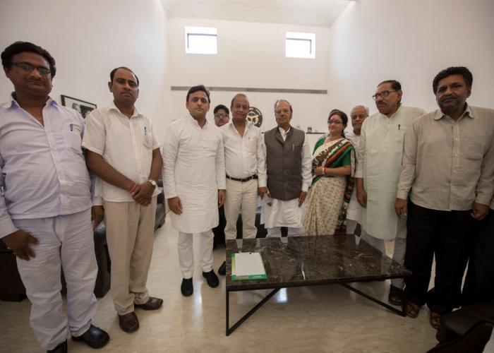 मुख्यमंत्री श्री अखिलेश यादव से 10 अगस्त, 2015 को उनके सरकारी आवास पर भेंट करते राष्ट्रीय कायस्थ महापरिषद के सदस्यगण।