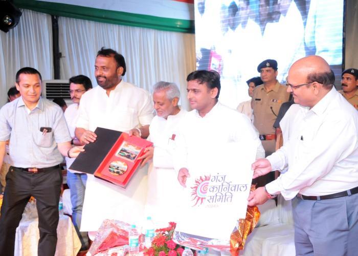 उत्तर प्रदेश के मुख्यमंत्री श्री अखिलेश यादव 16 अगस्त, 2015 को हज़रतगंज, लखनऊ में गंजिंग कार्निवाल समिति का लोगो रिलीज करते हुए।