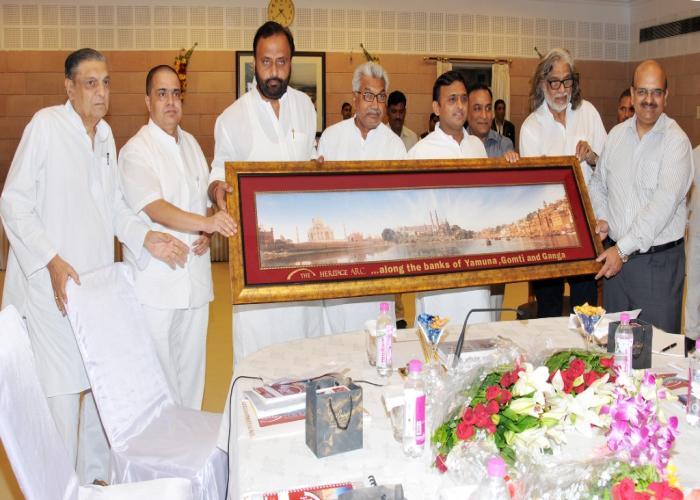 मुख्यमंत्री श्री अखिलेश यादव को 18.8.2015 को उ0प्र0 पर्यटन प्रोत्साहन परिषद की द्वितीय बैठक के दौरान हेरिटेज आर्क का प्रतीक चिन्ह भेंट किया गया।