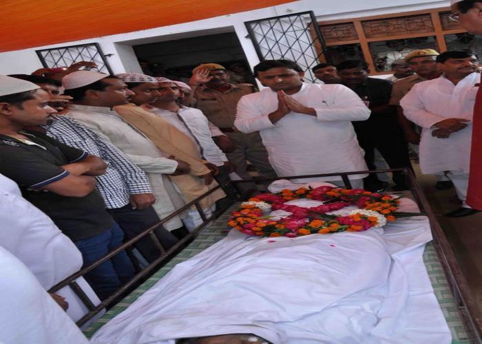 मुख्यमंत्री श्री अखिलेश यादव 22 अगस्त, 2015 को जनपद बाराबंकी के कन्दरवल गांव में मौलाना मेराज अहमद के पार्थिव शरीर पर श्रद्धासुमन अर्पित करते हुए।