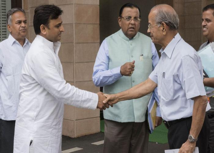 उत्तर प्रदेश के मुख्यमंत्री श्री अखिलेश यादव 24 अगस्त, 2015 को उनके सरकारी आवास पर लखनऊ मेट्रो रेल परियोजना के सलाहकार श्री ई0 श्रीधरन मुलाकात करते हुए।