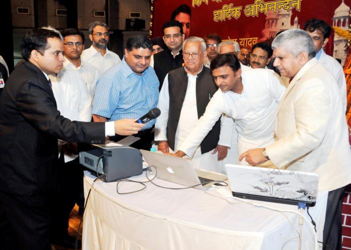 उत्तर प्रदेश के मुख्यमंत्री श्री अखिलेश यादव 18 सितम्बर, 2014 को के.जी.एम.यू., लखनऊ में परियोजनाओं के लोकार्पण शिलान्यास के मौके पर।