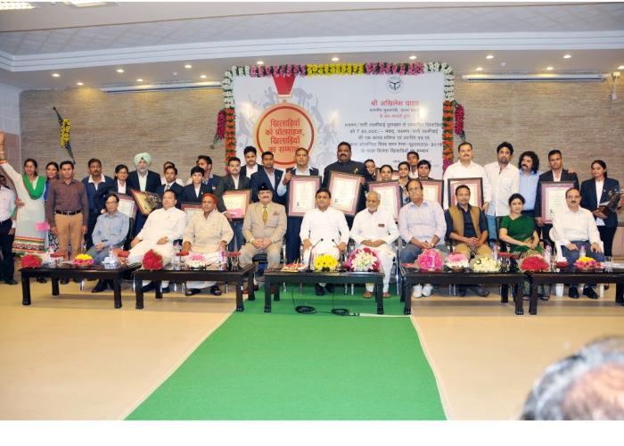 उत्तर प्रदेश के मुख्यमंत्री श्री अखिलेश यादव 29 अगस्त, 2015 को अपने सरकारी आवास पर सम्मानित किए गए खिलाडि़यों के साथ।
