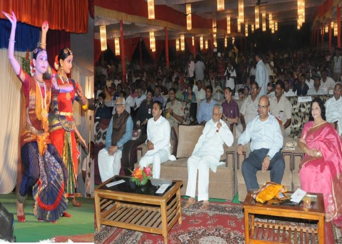 मुख्यमंत्री श्री अखिलेश यादव 5 सितम्बर, 2015 को रिजर्व पुलिस लाइन्स, लखनऊ में 'श्रीकृष्ण जन्मोत्सव' समारोह पर आयोजित सांस्कृतिक कार्यक्रम का अवलोकन करते हुए।
