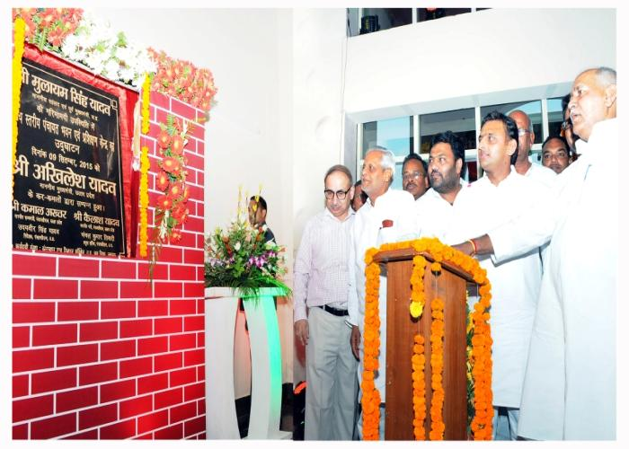 मुख्यमंत्री श्री अखिलेश यादव 9 सितम्बर, 2015 को लखनऊ में राज्य स्तरीय पंचायत भवन एवं प्रशिक्षण केन्द्र का उद्घाटन करते हुए।