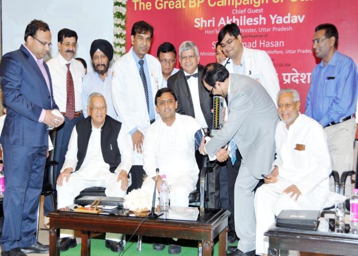 मुख्यमंत्री श्री अखिलेश यादव 21 सितम्बर, 2015 को लखनऊ में 'द ग्रेट बी0पी0 कैम्पेन आॅफ यू0पी0' के शुभारम्भ अवसर पर अपना बी0पी0 नपवाते हुए।