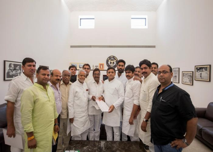मुख्यमंत्री श्री अखिलेश यादव 23 सितम्बर, 2015 को उनके सरकारी आवास पर मेरठ व्यापार संघ के अध्यक्ष श्री अतुल प्रधान के नेतृत्व में एक प्रतिनिधिमण्डल ने मुलाकात की।