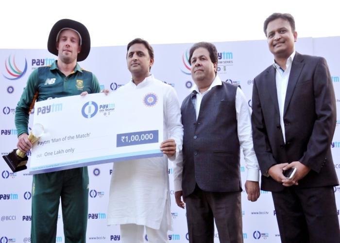 मुख्यमंत्री श्री अखिलेश यादव 11 अक्टूबर, 2015 को कानपुर में भारत व दक्षिण अफ्रीका के बीच पहले एक दिवसीय मैच के उपरान्त मैन आॅफ द मैच अवाॅर्ड प्रदान करते हुए।