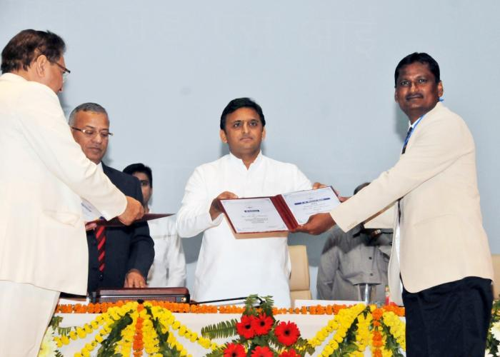 मुख्यमंत्री श्री अखिलेश यादव 29 अक्टूबर, 2015 को बाबासाहेब भीमराव अम्बेडकर विश्वविद्यालय, लखनऊ में एक वैज्ञानिक को पुरस्कृत करते हुए।