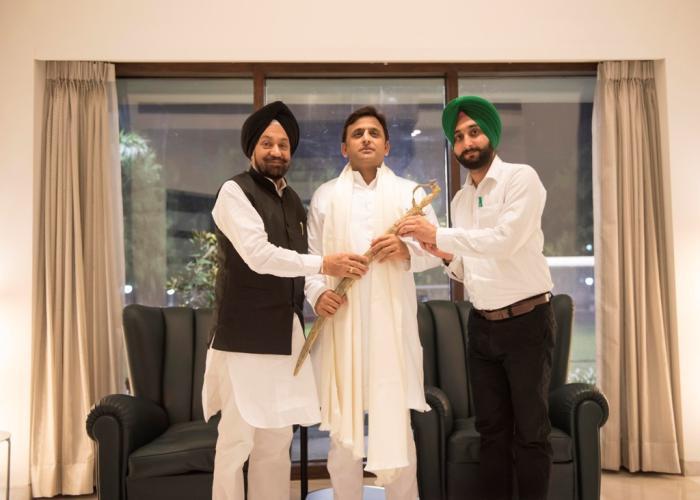 उत्तर प्रदेश के मुख्यमंत्री श्री अखिलेश यादव से 3 नवम्बर, 2015 को लखनऊ स्थित उनके सरकारी आवास पर नवनियुक्त मंत्री श्री बलवन्त सिंह रामूवालिया ने मुलाकात की।