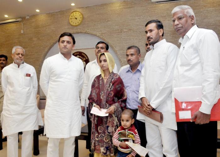 मुख्यमंत्री अखिलेश यादव 9 नवम्बर, 2015 को अपने सरकारी आवास पर कन्नौज निवासी श्रीमती रिंकी कुशवाहा को 10 लाख रुपये की आर्थिक सहायता का चेक प्रदान किया।