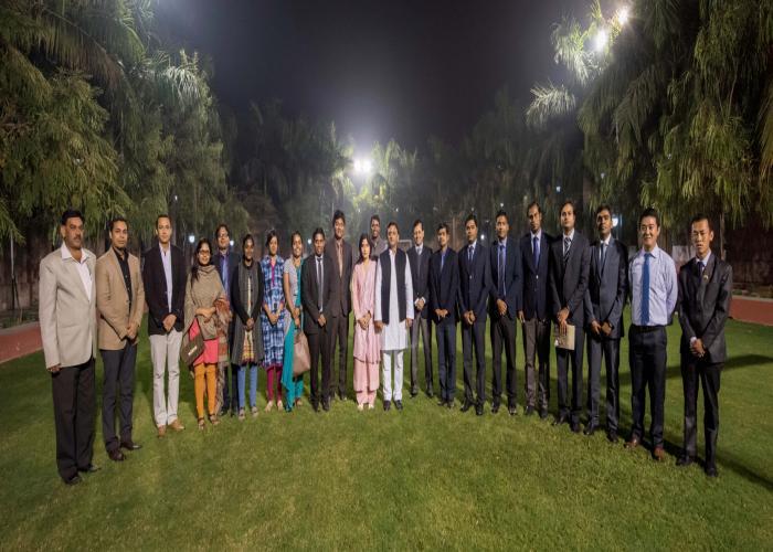 मुख्यमंत्री श्री अखिलेश यादव 15 जनवरी, 2016 को लखनऊ में भारतीय प्रशासनिक सेवा के प्रशिक्षु अधिकारियों के साथ।