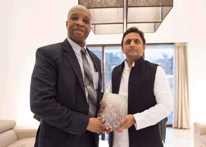 मुख्यमंत्री श्री अखिलेश यादव 15 जनवरी, 2016 को लखनऊ में भारत में गुयाना के हाई कमिश्नर श्री फोब्र्स जुलाई से भेंट करते हुए।