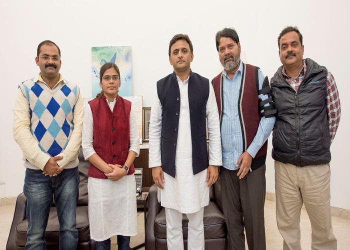 मुख्यमंत्री श्री अखिलेश यादव से 5 फरवरी, 2016 को उनके सरकारी आवास पर इलाहाबाद विश्वविद्यालय छात्र संघ की अध्यक्ष सुश्री ऋचा सिंह तथा अन्य छात्र नेताओं ने भेंट की।