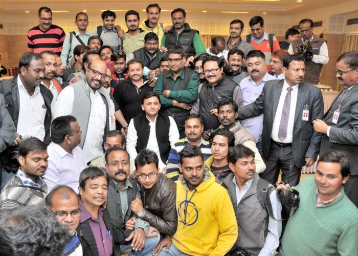 उत्तर प्रदेश के मुख्यमंत्री श्री अखिलेश यादव 13 फरवरी, 2016 को अपने सरकारी आवास पर मीडिया फोटोग्राफर्स के साथ।